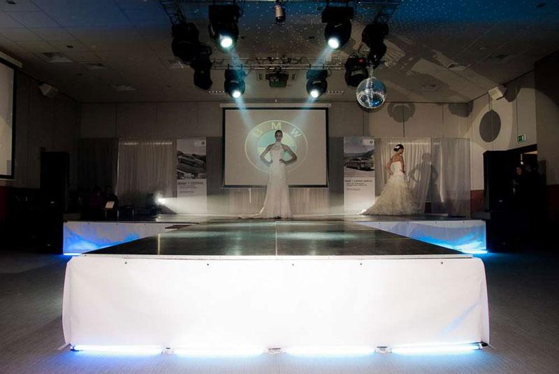 Прозрачные мобильные подиумы, сцены и автоподиумы с подсветкой - Аренда и прокат