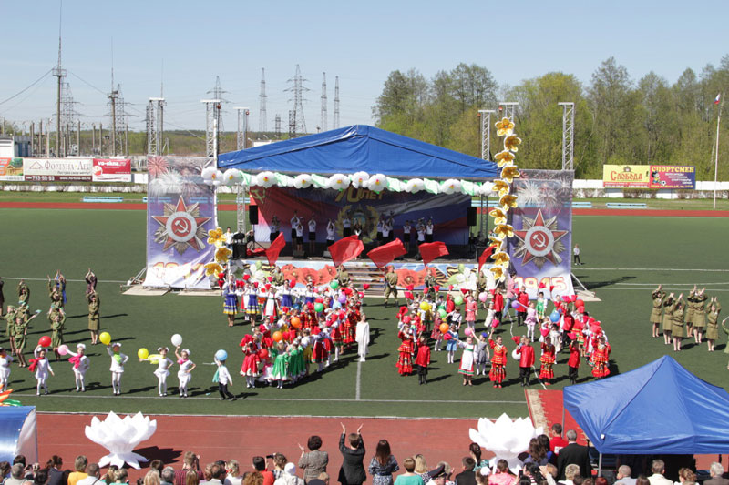 Инсталляция сцены с крышей 10X12, 9 мая в г. Шатура.